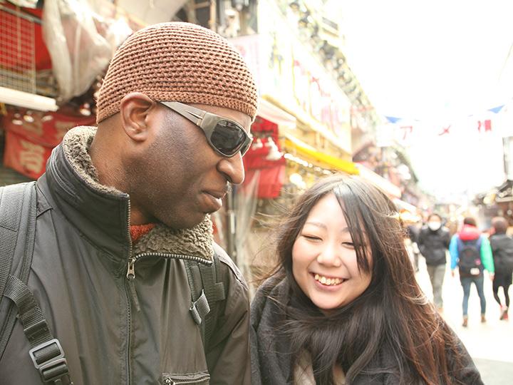 まずはぽっちゃり巨乳女子○生と黒人をくっつけ、東京の真昼間からデート