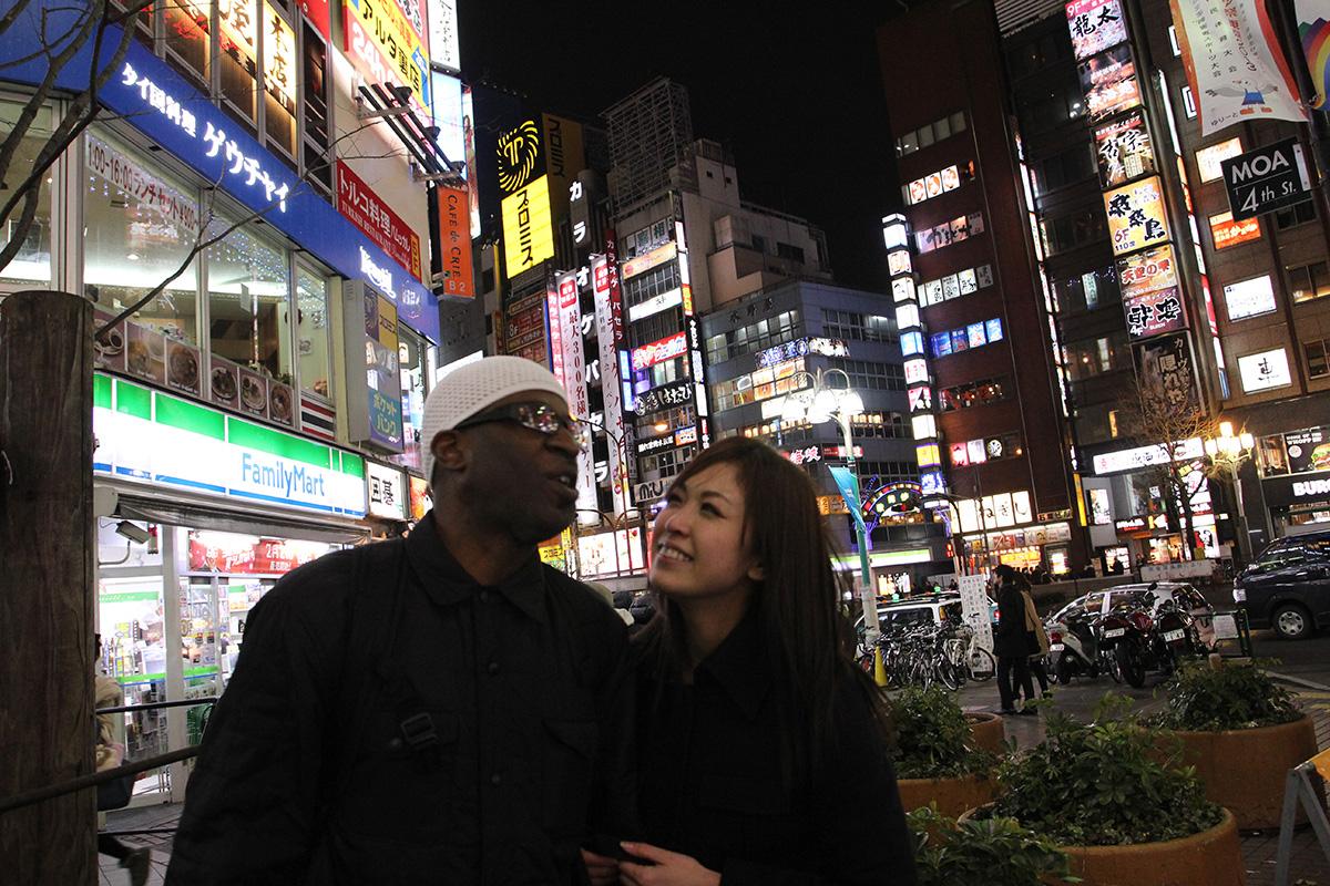 東京の夜で黒人の彼氏とラブラブデート