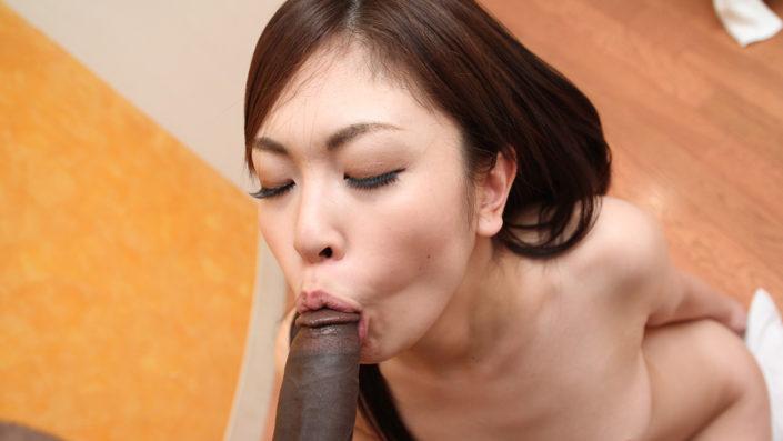 黒人極太チンポを日本人女子大生にしゃぶらせたらどうなる?