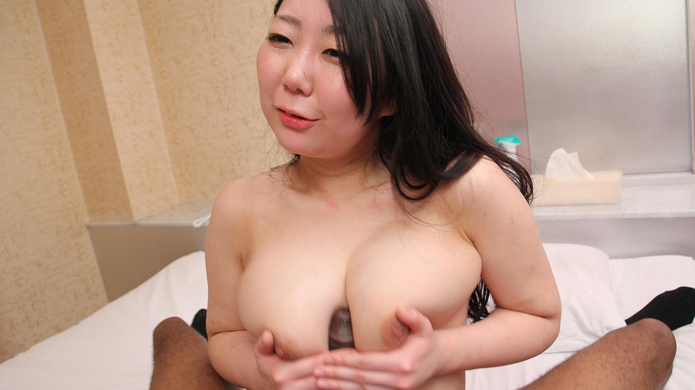 爆乳の日本人女子大生パイズリに黒人ちんこがぎんぎん